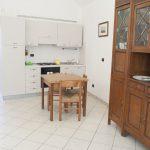 Casa Vacanze Fusina (Dogliani) – Appartamento Pianezzo: soggiorno con angolo cottura